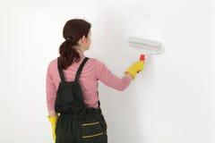 Νέος τοίχος χρωμάτων εργαζομένων σε ένα δωμάτιο στο λευκό Στοκ Εικόνες