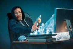 Νέος τονισμένος όμορφος επιχειρηματίας που εργάζεται στο γραφείο στο σύγχρονο γραφείο που φωνάζει στην οθόνη lap-top και που είνα Στοκ Φωτογραφίες
