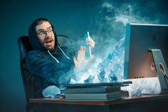 Νέος τονισμένος όμορφος επιχειρηματίας που εργάζεται στο γραφείο στο σύγχρονο γραφείο που φωνάζει στην οθόνη lap-top και που είνα Στοκ φωτογραφία με δικαίωμα ελεύθερης χρήσης