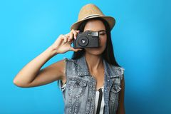 Νέος τουρίστας γυναικών που κάνει τη φωτογραφία Στοκ εικόνες με δικαίωμα ελεύθερης χρήσης