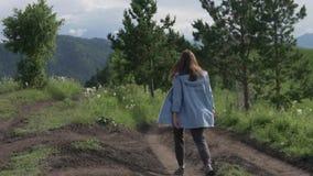 Νέος τουρίστας γυναικών που περπατά στον τομέα φιλμ μικρού μήκους
