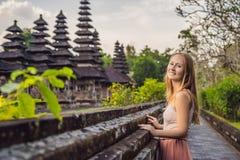 Νέος τουρίστας γυναικών στον παραδοσιακό από το Μπαλί ινδό ναό Taman Α στοκ εικόνες