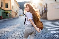 Νέος τουρίστας με το backpacki στην παλαιά πόλη Στοκ εικόνα με δικαίωμα ελεύθερης χρήσης