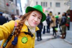 Νέος τουρίστας που παίρνει ένα selfie κατά τη διάρκεια της ετήσιας παρέλασης ημέρας του ST Πάτρικ στη Νέα Υόρκη Στοκ Εικόνες