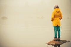 Νέος τρόπος ζωής ταξιδιού γυναικών μόνιμος μόνος υπαίθριος Στοκ Εικόνες