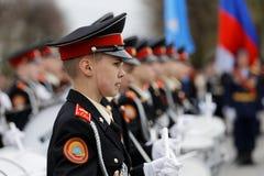 Νέος τυμπανιστής μαθητών στρατιωτικής σχολής που στέκεται στη γραμμή στην παρέλαση ημέρας νίκης Στοκ Φωτογραφία
