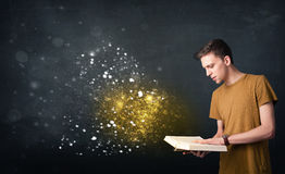 Νέος τύπος που διαβάζει ένα μαγικό βιβλίο Στοκ φωτογραφία με δικαίωμα ελεύθερης χρήσης