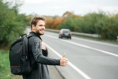 Νέος τύπος που κάνει ωτοστόπ autostop Στοκ φωτογραφία με δικαίωμα ελεύθερης χρήσης