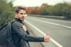 Νέος τύπος που κάνει ωτοστόπ autostop Στοκ Εικόνες