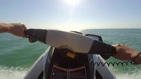 Νέος τύπος που ταξιδεύει σε ένα αεριωθούμενο σκι στη θάλασσα απόθεμα βίντεο