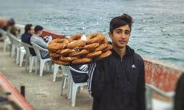 Νέος τύπος, πωλητής τουρκικά bagels - simit στον καφέ Στοκ Εικόνες
