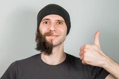 Νέος τύπος στο καπέλο με τη μισή γενειάδα ξυρίσματος o στοκ εικόνες