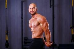 Νέος υγιής φαλακρός σχισμένος άνδρας με τους μεγάλους μυς που καταδεικνύει mus στοκ εικόνα με δικαίωμα ελεύθερης χρήσης
