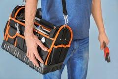 Νέος υδραυλικός με την τσάντα εργαλείων και το γαλλικό κλειδί σωλήνων Στοκ φωτογραφίες με δικαίωμα ελεύθερης χρήσης