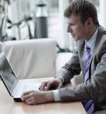 Νέος υπάλληλος που εξετάζει το όργανο ελέγχου υπολογιστών κατά τη διάρκεια της εργάσιμης ημέρας Στοκ εικόνες με δικαίωμα ελεύθερης χρήσης