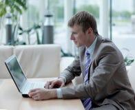 Νέος υπάλληλος που εξετάζει το όργανο ελέγχου υπολογιστών κατά τη διάρκεια της εργάσιμης ημέρας Στοκ εικόνα με δικαίωμα ελεύθερης χρήσης