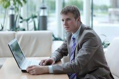Νέος υπάλληλος που εξετάζει το όργανο ελέγχου υπολογιστών κατά τη διάρκεια της εργάσιμης ημέρας Στοκ Εικόνες