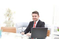 Νέος υπάλληλος που εξετάζει το όργανο ελέγχου υπολογιστών κατά τη διάρκεια της εργάσιμης ημέρας Στοκ Εικόνα
