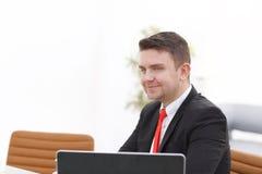 Νέος υπάλληλος που εξετάζει το όργανο ελέγχου υπολογιστών κατά τη διάρκεια της εργάσιμης ημέρας Στοκ φωτογραφία με δικαίωμα ελεύθερης χρήσης