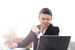 Νέος υπάλληλος που εξετάζει το όργανο ελέγχου υπολογιστών κατά τη διάρκεια της εργάσιμης ημέρας Στοκ Φωτογραφία