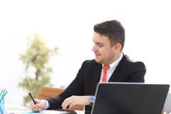 Νέος υπάλληλος που εξετάζει το όργανο ελέγχου υπολογιστών κατά τη διάρκεια της εργάσιμης ημέρας Στοκ Φωτογραφίες