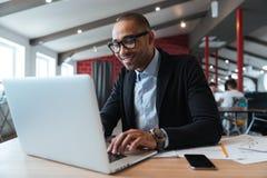 Νέος υπάλληλος που εξετάζει το όργανο ελέγχου υπολογιστών Στοκ Εικόνες