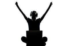 Νέος υπολογισμός υπολογιστών σκιαγραφιών κοριτσιών εφήβων στοκ φωτογραφία με δικαίωμα ελεύθερης χρήσης