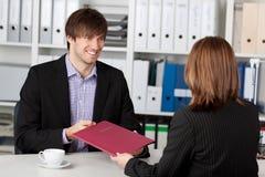 Νέος υποψήφιος που εξετάζει τη επιχειρηματία που παίρνει τη συνέντευξη στοκ φωτογραφία