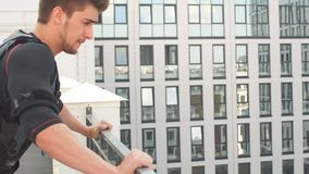 Νέος φίλαθλος υγιής άνδρας που κάνει το ώθηση-UPS στο κοστούμι EMS απόθεμα βίντεο