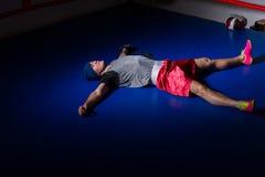 Νέος φίλαθλος μπόξερ sportswear που βρίσκεται και που στηρίζεται μετά από το workout Στοκ Εικόνες