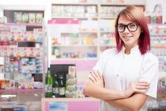 Νέος φαρμακοποιός στα γυαλιά μέσα σε ένα φαρμακείο Στοκ φωτογραφίες με δικαίωμα ελεύθερης χρήσης