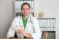 Νέος φιλικός οικογενειακός γιατρός με τα χρήματα Στοκ Φωτογραφίες