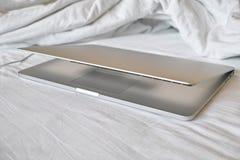 Νέος φορητός προσωπικός υπολογιστής στο κρεβάτι Στοκ εικόνα με δικαίωμα ελεύθερης χρήσης