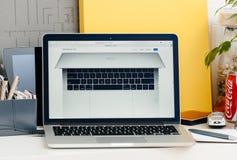 Νέος φραγμός αφής αμφιβληστροειδών του MacBook Pro που βλέπει άνωθεν Στοκ Φωτογραφία