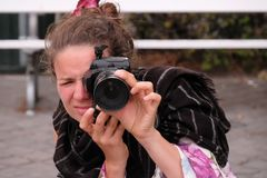 Νέος φωτογράφος γυναικών με τη κάμερα στοκ φωτογραφίες