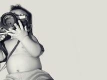 Νέος φωτογράφος - που κρατά έναν εσωτερικό καμερών απομονωμένο Στοκ εικόνες με δικαίωμα ελεύθερης χρήσης