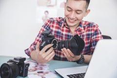 Νέος φωτογράφος που συνδέει το φακό καμερών με το σώμα καμερών στοκ εικόνες με δικαίωμα ελεύθερης χρήσης