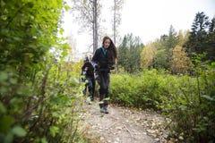 Νέος χάρτης εκμετάλλευσης γυναικών πεζοπορία με τους φίλους Στοκ Εικόνες