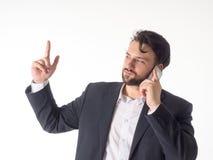 Νέος χαμογελώντας επιχειρηματίας που μιλά σε κινητό που απομονώνεται στο άσπρο υπόβαθρο Στοκ Εικόνες