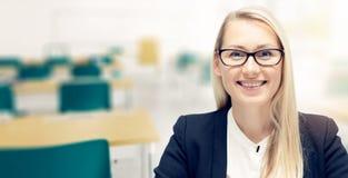 Νέος χαμογελώντας θηλυκός δάσκαλος στην τάξη Στοκ εικόνες με δικαίωμα ελεύθερης χρήσης