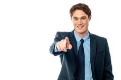 Νέος χαμογελώντας επιχειρηματίας που δείχνει σας έξω Στοκ Φωτογραφίες