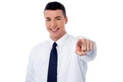 Νέος χαμογελώντας επιχειρηματίας που δείχνει σας έξω Στοκ εικόνες με δικαίωμα ελεύθερης χρήσης