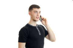 Νέος χαριτωμένος τύπος στο μαύρο πουκάμισο που μιλά στο τηλέφωνο Στοκ φωτογραφία με δικαίωμα ελεύθερης χρήσης