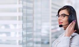 Νέος χειριστής τηλεφωνικών κέντρων γυναικών στην κάσκα στο επιχειρησιακό γραφείο β Στοκ εικόνα με δικαίωμα ελεύθερης χρήσης