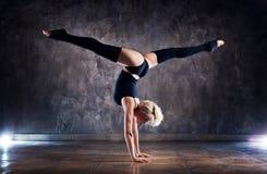 Νέος χορευτής γυναικών στοκ εικόνα