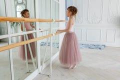 Νέος χορευτής μπαλέτου στην κατηγορία χορού Στοκ εικόνες με δικαίωμα ελεύθερης χρήσης