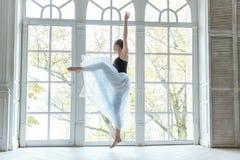 Νέος χορευτής μπαλέτου στην κατηγορία χορού Στοκ φωτογραφία με δικαίωμα ελεύθερης χρήσης