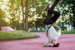 Νέος χορευτής οδών χιπ χοπ στην πόλη κατά τη διάρκεια του σούρουπου που κάνει το πάγωμα στοκ εικόνες