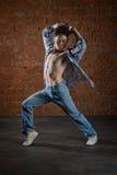 Νέος χορευτής που χορεύει ενάντια στον τοίχο Στοκ φωτογραφία με δικαίωμα ελεύθερης χρήσης