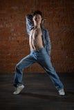 Νέος χορευτής που χορεύει ενάντια στον τοίχο Στοκ Εικόνες